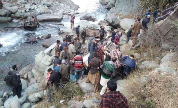 यात्रियों के बचाने के लिए नदी में पहुंचे लोग