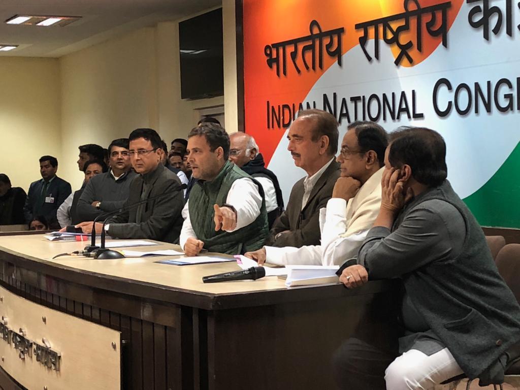 राहुल गांधी मीडिया को संबोधित करते हुए