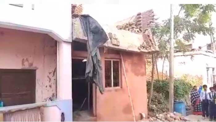 निर्माणाधीन मकान का गिरा बारजा