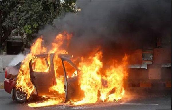 बीच सड़क पर धूं-धूं कर जलती कार (फाइल फोटो)