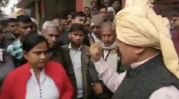 भाजपा विधायक एसडीएम को धमकाते हुए