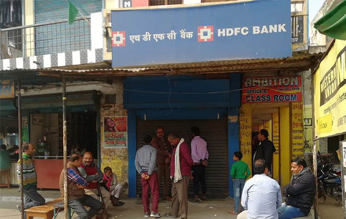 एचडीएफसी बैंक के बाहर मौजूद ग्राहक