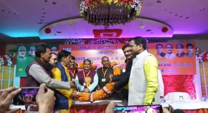 कार्यक्रम में उपस्थित मंत्री मुकुट बिहारी वर्मा