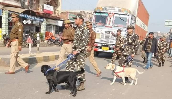 जांच करती पुलिस और एसएसबी की संयुक्त टीम