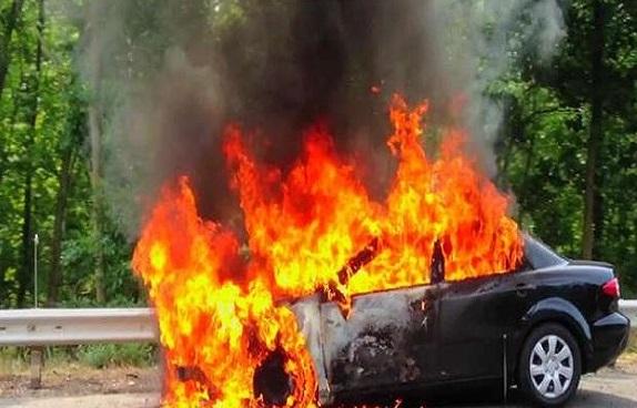 कार में लगी भीषण आग