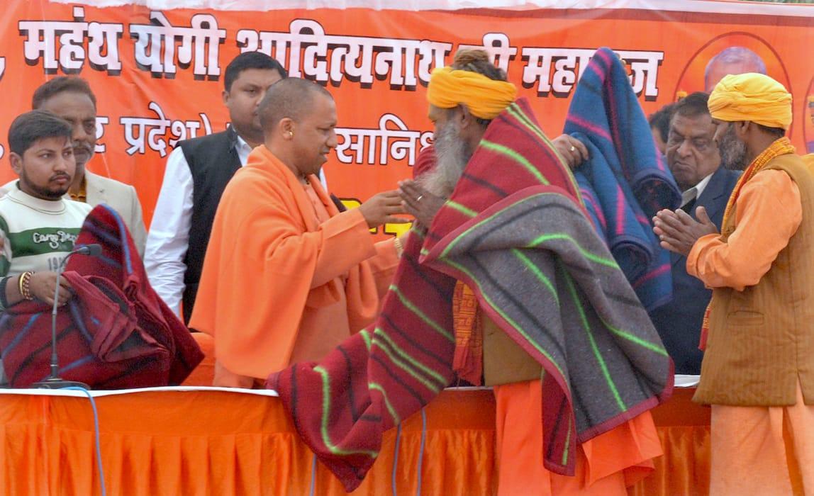 सीएम योगी कंबल वितरण करते हुए