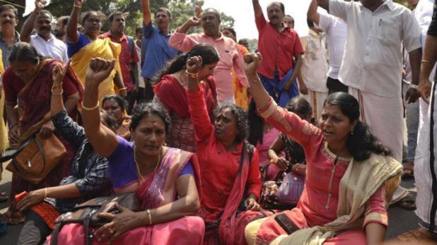धरने पर बैठी महिलाएं