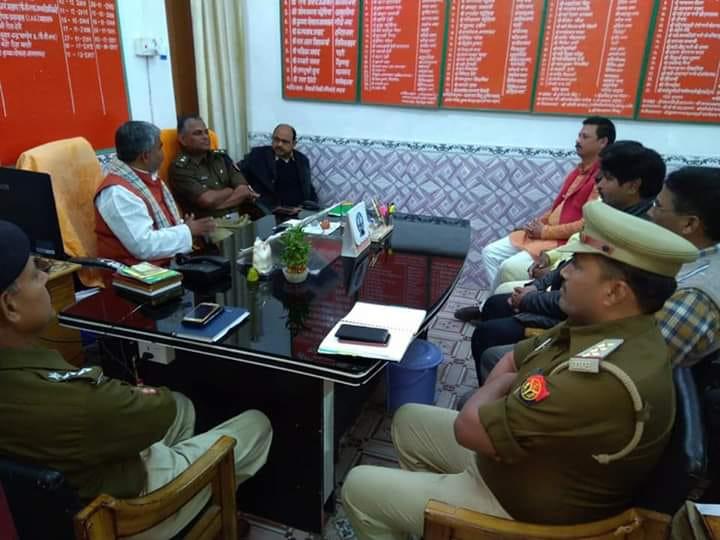 पुलिस अधिकारियों के साथ में बैठक करते चेयरमैन कृष्णगोपाल जायसवाल