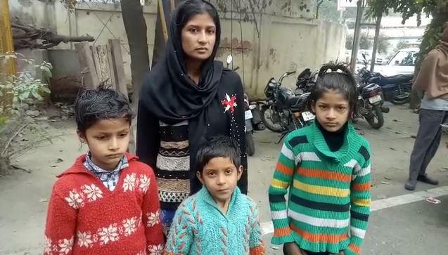 तीन बच्चों के साथ महिला