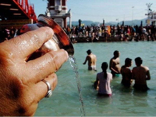 मकर संक्रांति के दिन पवित्र नदियों में स्नान किया जाता है