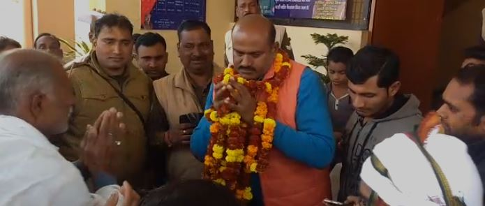 थानाध्यक्ष अरविंद मिश्रा को माला पहनाते गांव वाले