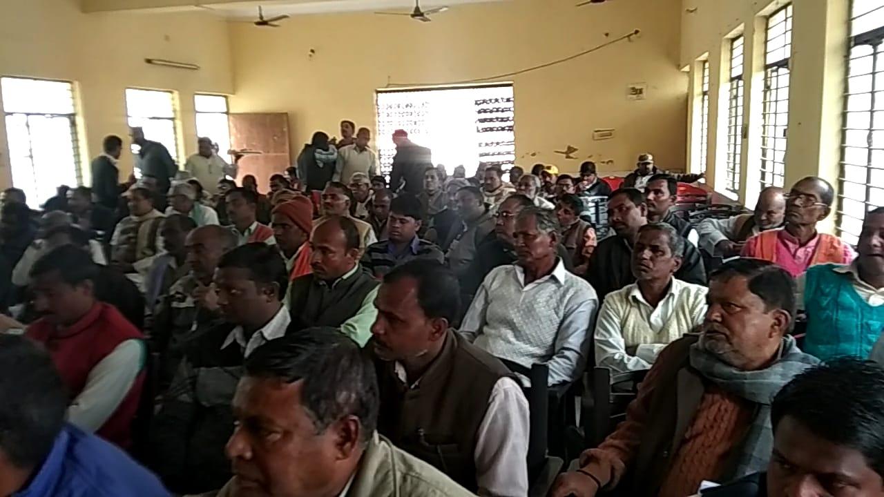 सरकारी योजनाओं की समीक्षा बैठक में नहीं पहुंचे सांसद और विधायक