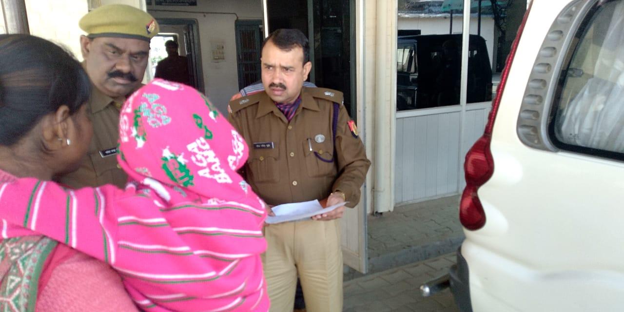 महिला की समस्या का समाधान करते अमेठी के अपर पुलिस अधीक्षक बीसी दुबे