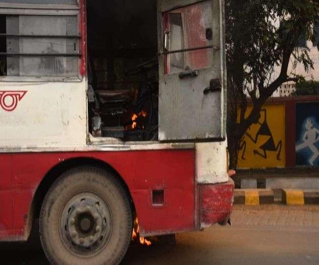 गोरखपुर से प्रयागराज जा रही इसी बस में लगी थी आग