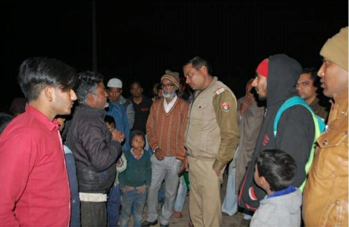 लूटपाट के बाद पूछताछ करती पुलिस