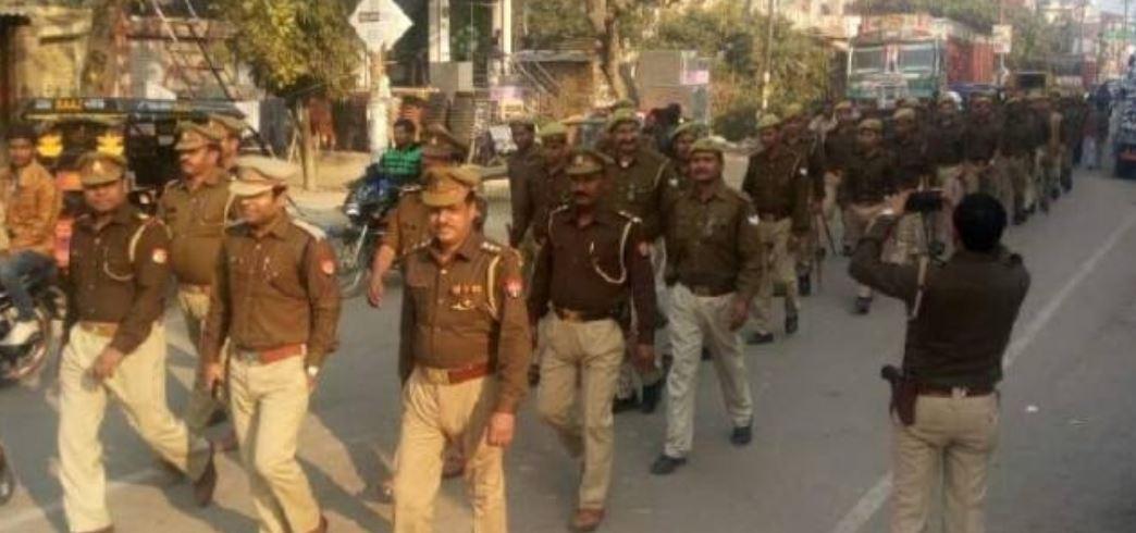 फतेहपुर पुलिस ने फुटपाथ पर फैला  अतिक्रमण हटवाया