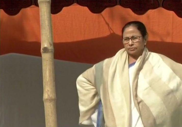 पश्चिम  बंगाल की मुख्यमंत्री  ममता बनर्जी धरने पर