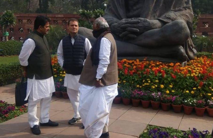 राहुल गांधी का गांधी जी की मूर्ति के सामने प्रदर्शन