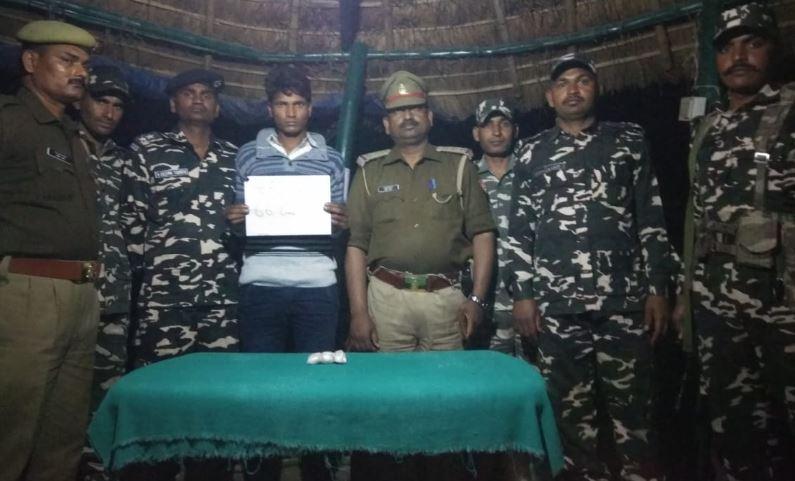 गिरफ्तार युवक के साथ एसएसबी की टीम