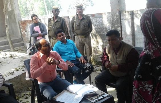 महराजगंज के बभनौली गांव में मुकदमों के निस्तारण करते एसडीएम सत्यम मिश्रा
