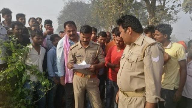 युवक की लाश मिलने पर जांच पड़ताल करती पुलिस।