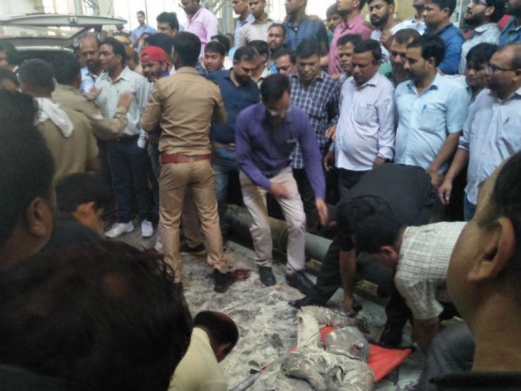 धमाके के बाद राहत कार्य में जुटे पुलिसकर्मी।