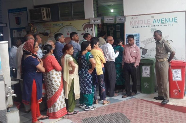 मतदान करने के लिए लाइन में खड़े मतदाता