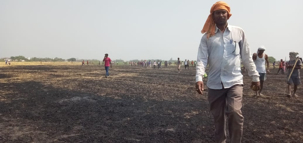 आग से फसल जलने के बाद खेत