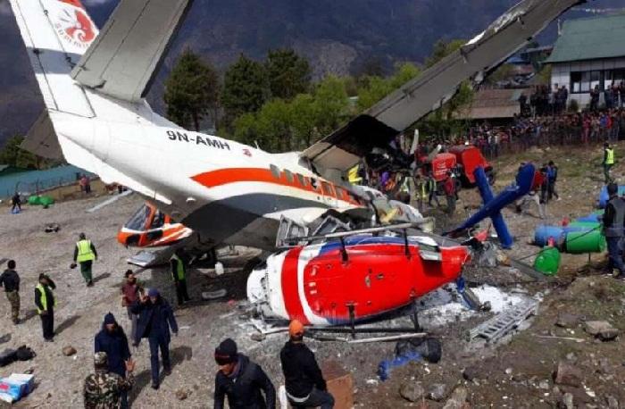 दुर्घटना के बाद हेलीकॉप्टर का बिखरा पड़ा मलबा