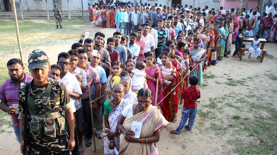 मतदान के लिये लाइन में खड़े वोटर्स