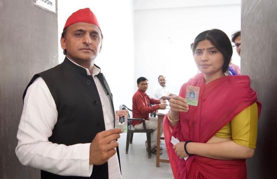 अखिलेश यादव ने पत्नी डिंपल यादव के साथ डाला वोट