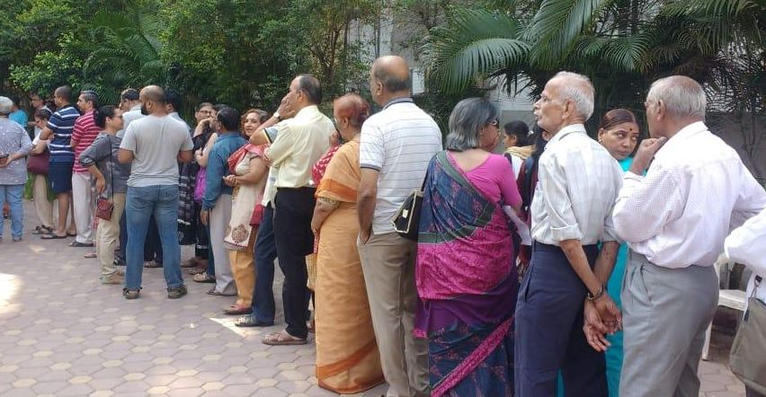 वोटिंग के लिए मतदान केंद्र पर मतदाता