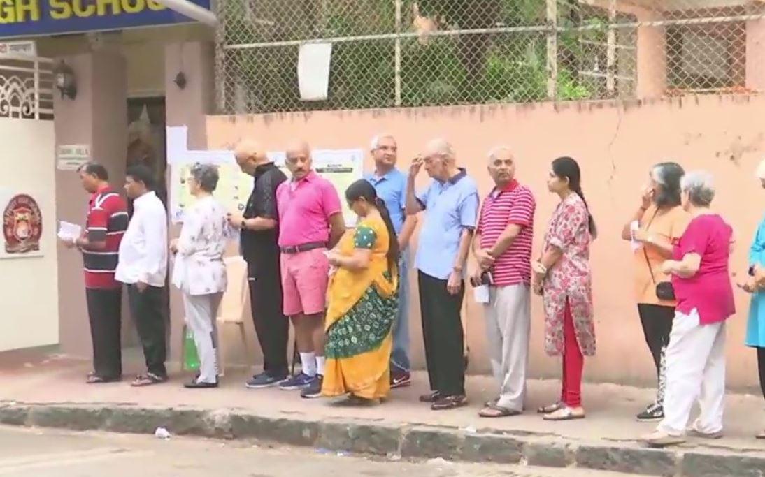 मतदान के लिए लाइन में खड़े मतदाता