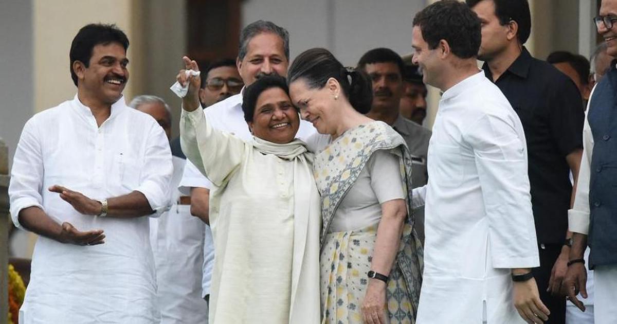 बसपा प्रमुख मायावती के साथ प्रफुल्लित मुद्रा में सोनिया गांधी और राहुल गांधी