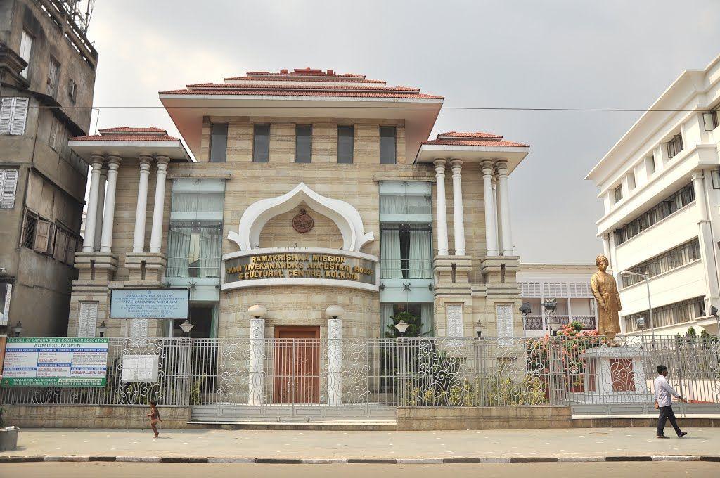 कोलकाता के रामकृष्ण मिशन भवन के सामने लगी स्वामी विवेकानंद की मूर्ति
