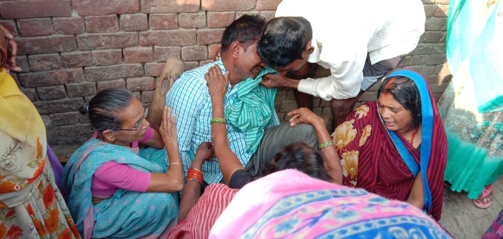 महराजगंज में युवक की मौत के बाद रोते बिलखते परिजन