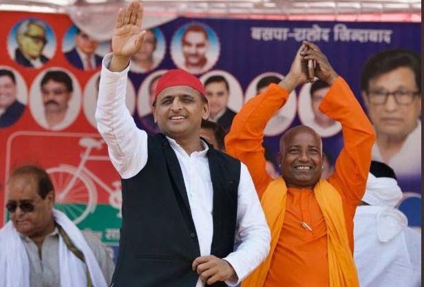 बाराबंकी में सपा प्रमुख अखिलेश यादव के साथ मंच पर 'योगी'