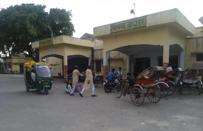 सिसवा बाजार रेलवे स्टेशन के बाहर की फोटो