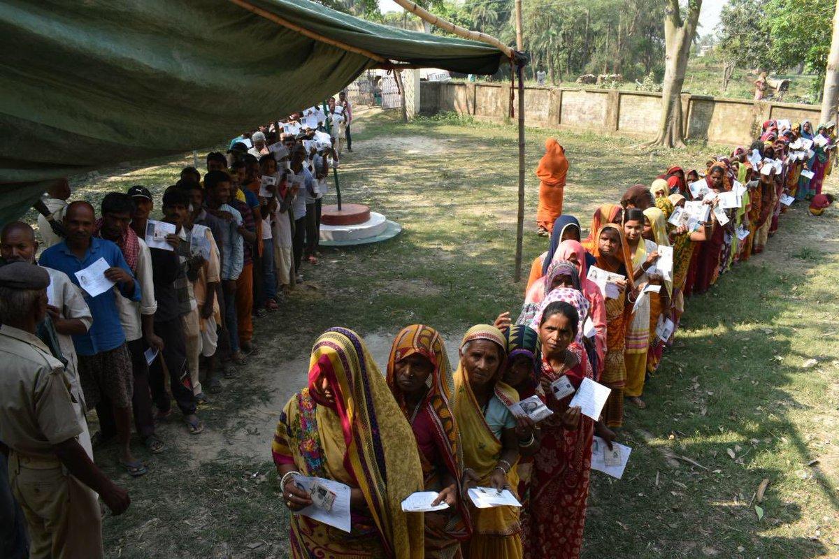 मतदान केंद्र पर मत देने के लिए लाइन में खड़े मतदाता