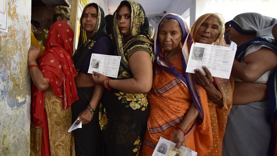 उत्तर प्रदेश में मतदान के लिए कतार में खड़ी महिला मतदाता