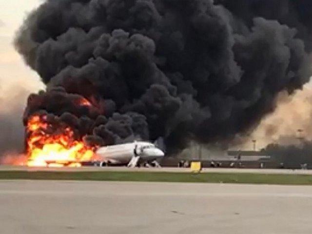 रूस के मास्को में एयरपोर्ट पर जलता हुआ विमान