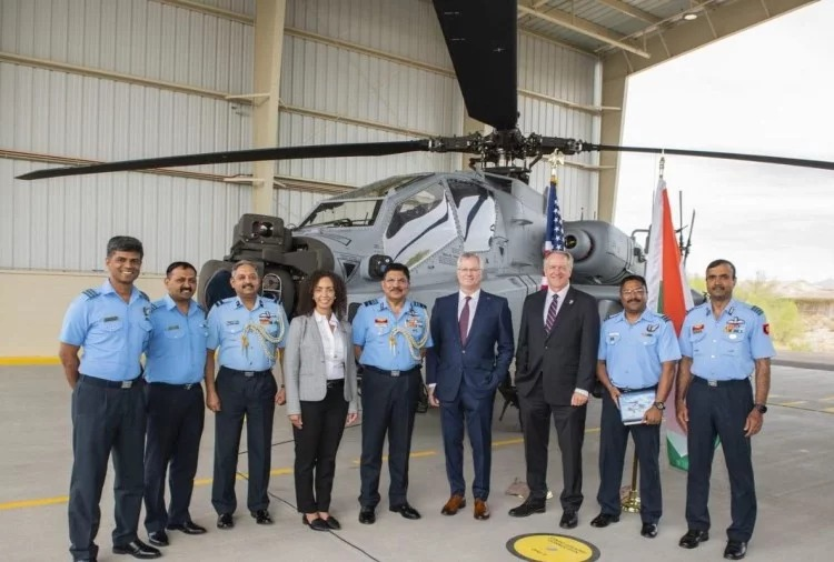भारतीय वायुसेना के अधिकारी लड़ाकू हेलीकॉप्टर अपाचे गार्जियन के साथ