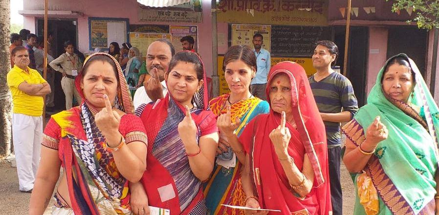 मतदान केबाद उंगली में लगी स्याही दिखाते  मतदाता