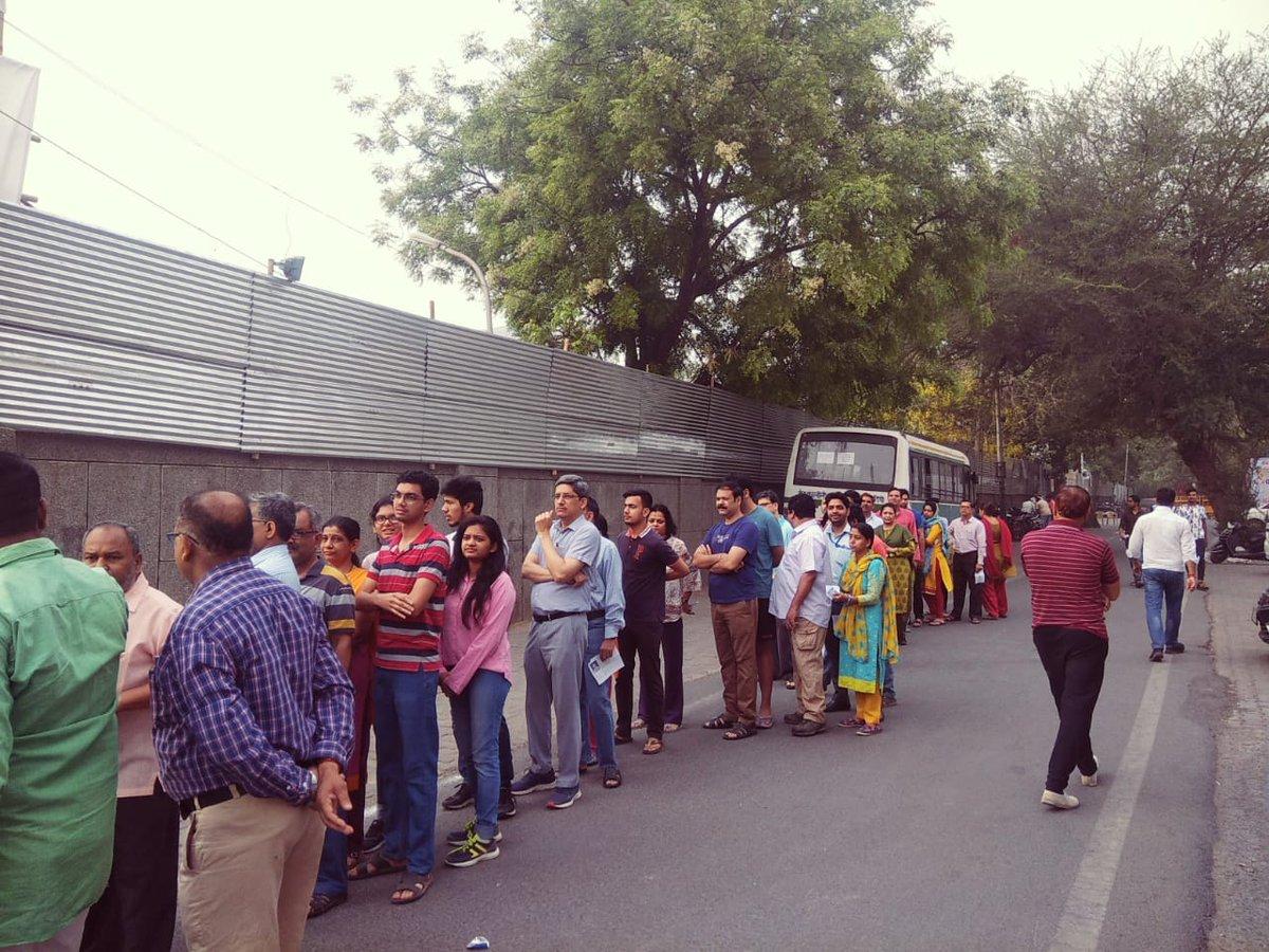 दिल्ली में मतदान करने के लिए लाइन में खड़े मतदाता