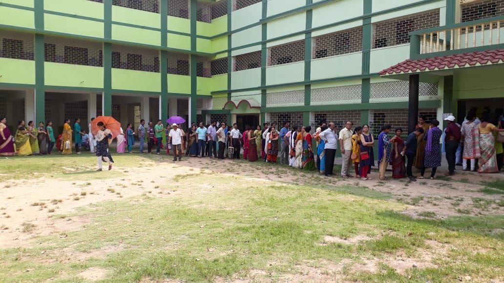 मतदान के लिए लंबी कतार में खड़े जागरूक मतदाता