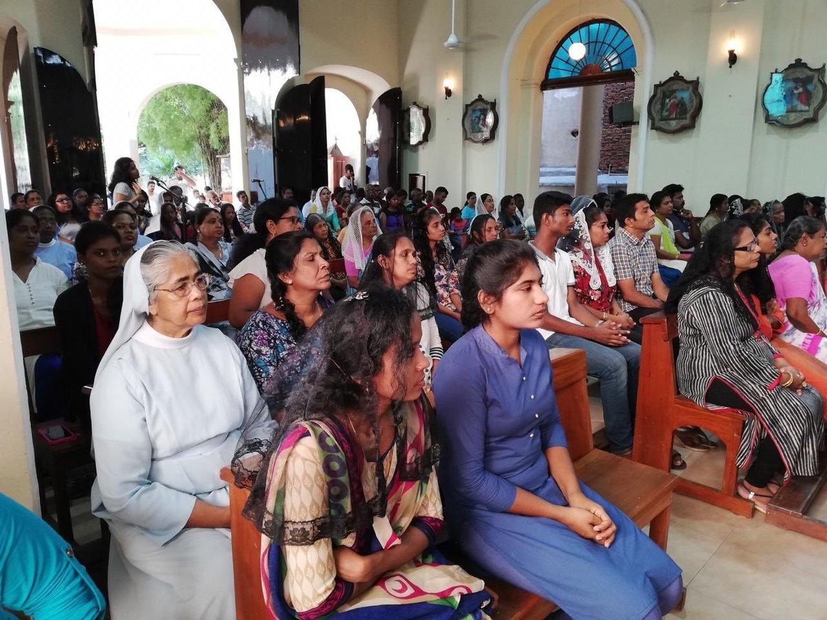 रविवार को गिरजाघर में प्रार्थना के लिए उपस्थित लोग