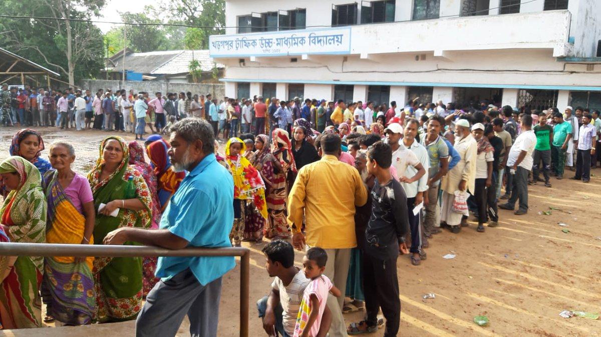 झड़प की खबरों के बीच पश्चिम बंगाल में मतदाताओं में  दिखा मतदान का जोश