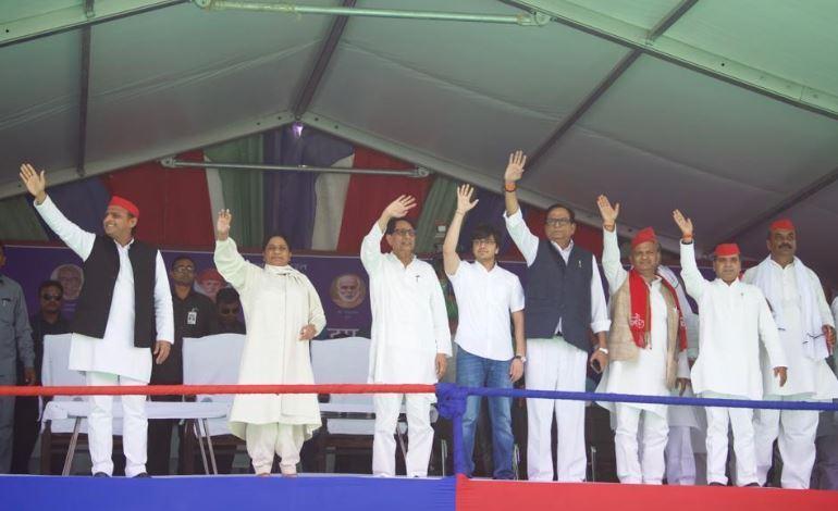 गोरखपुर में जनसभा को संबोधित करने से पहले लोगों का अभिवादन करते गठबंधन नेता