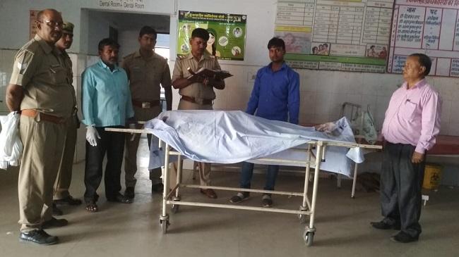 शव को कब्जे में लेकर पोस्टमार्टम को भेजते पुलिसकर्मी