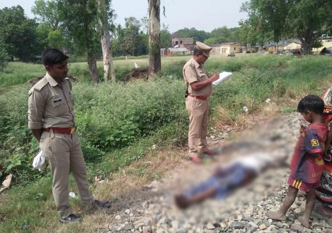 दुर्घटना के बाद शव को पोस्टमार्टम के लिए भेजती पुलसि